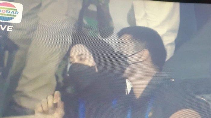 Nadya Arifta tertangkap kamera sudah berada di tribun Stadion Manahan Solo saat mendampingi Kaesang Pangarep menonton Persis Solo, Minggu (26/9/2021).