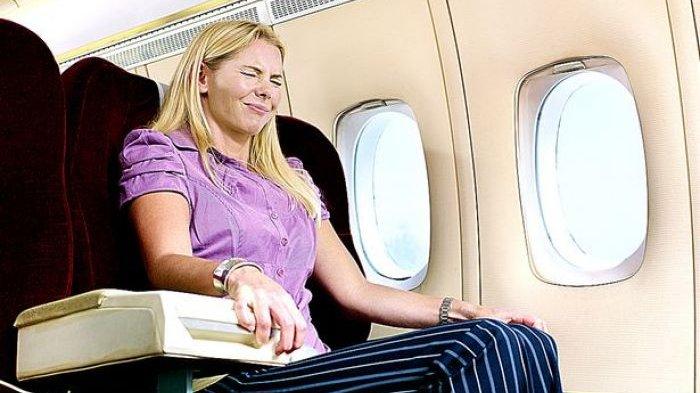 Cara Mengatasi Telinga Sakit saat Naik Pesawat, Lakukan 4 Cara Berikut Ini