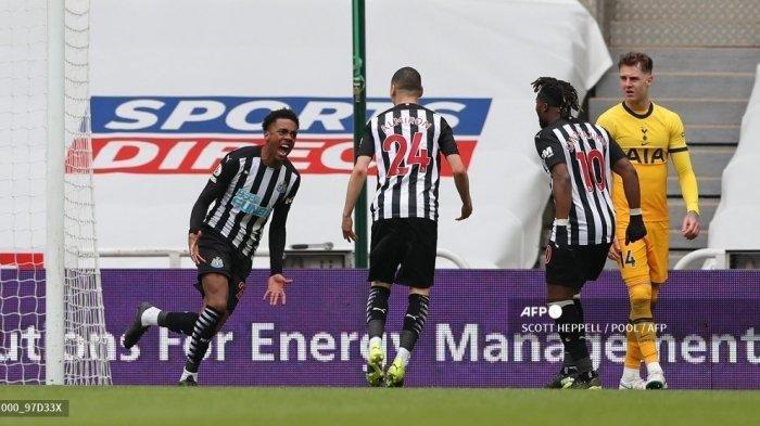 Gelandang Newcastle United Inggris Joe Willock (kiri) merayakan gol kedua timnya selama pertandingan sepak bola Liga Premier Inggris antara Newcastle United dan Tottenham Hotspur di St James 'Park di Newcastle upon Tyne, timur laut Inggris pada 4 April 2021.