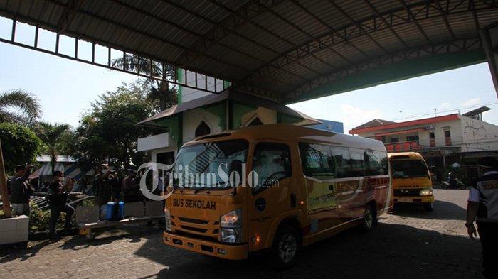 Rombongan pasien Covid-19 asal Kudus tiba di asrama Haji Donohudan, Senin (7/6/2021)