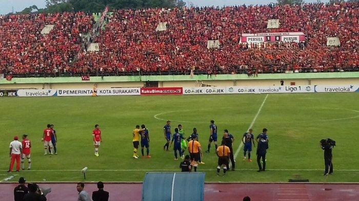 Menit 82, Persib Bandung Menolak Lanjutkan Pertandingan di Stadion Manahan Solo