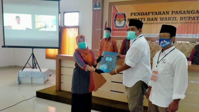 One Krisnata menyerahkan berkas Pendaftaran Paslon Bupati dan Wakil Bupati Klaten kepada KPU Klaten, di Kantor KPU Klaten, Sabtu (5/9/2020)
