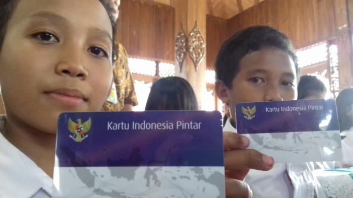 para-pelajar-sd-smp-sma-dan-smk-terima-kartu-indonesia-pintar_20160504_092927.jpg