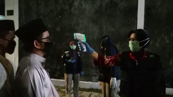 Cegah Corona, Pelayat di Ibunda Jokowi Wajib Pakai Masker, Cek Suhu Tubuh dan Disemprot Disinfektan
