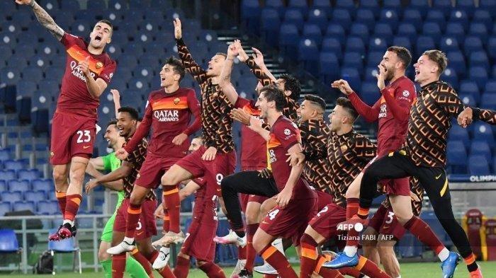 Para pemain Roma merayakan di akhir pertandingan sepak bola Serie A Italia AS Roma vs Lazio Roma pada 15 Mei 2021 di stadion Olimpiade di Roma.