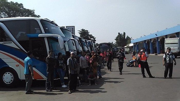 BERITA FOTO - Terminal Tirtonadi Solo Ramai Pemudik yang Akan Balik ke Jakarta