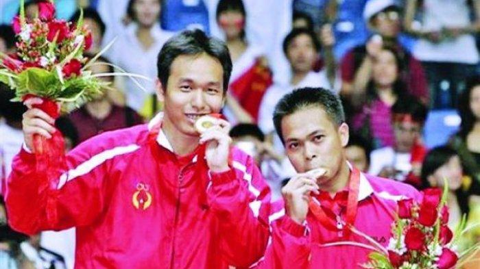 Pasangan Markis Kido/Hendra Setiawan meraih medali emas untuk Indonesia di Olimpiade Beijing 2008. Di partai final pada 16 Agustus 2008, mereka menaklukkan pasangan Tiongkok, Cai Yun/Fu Haifeng dengan skor 12-21, 21-11, 21-16. (Warta Kota/AFP)