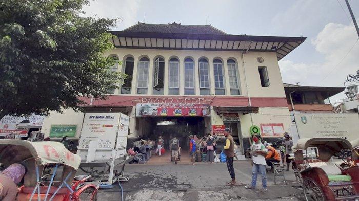 Kondisi Pasar Gede Solo menjelang pemberlakuan Jateng di Rumah Saja, Jumat (5/2/2021).
