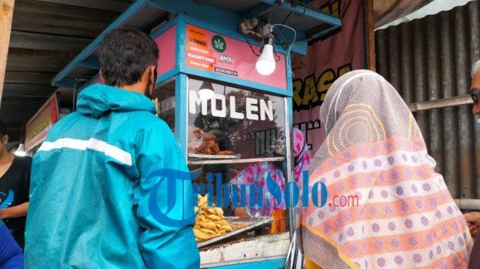Banyak Diburu Wisatawan, Satu Keluarga Ini Kompak Jualan Molen Mini Khas Tawangmangu