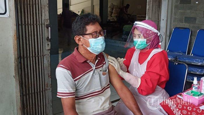 Ratusan Pedagang Pasar di Sukoharjo Disuntik Vaksin Covid-19,Ada yang Ketakutan hingga Pejamkan Mata