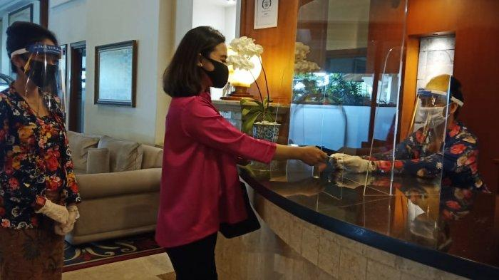Hotel di Solo Bersiap New Normal, Pegawai Gunakan Face Shield, Meja Diberi Sekat