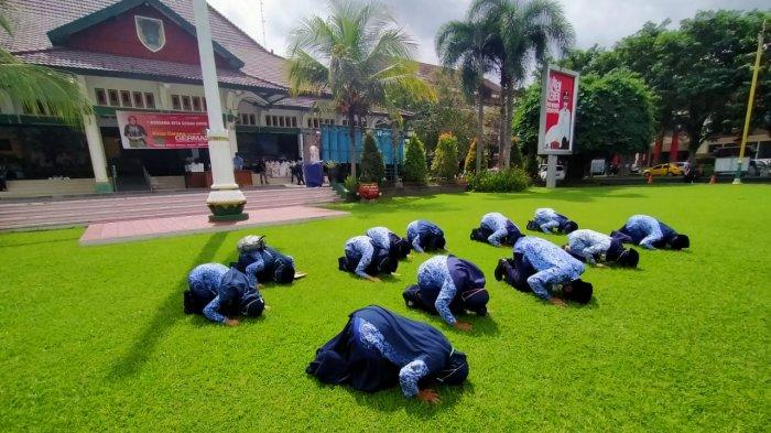 Para CPNS yang diangkat PNS sujud syukur di depan Pendopo Pemkab Klaten, Jumat (5/6/2020)