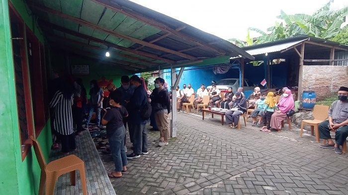 Suasana Sedih Selimuti di Rumah Duka Keluarga Bripka Slamet : Syok dan Tangis Pecah Selama 2 Jam