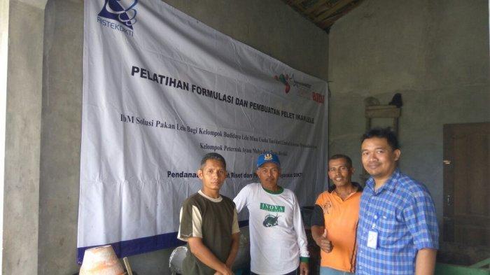 Tim USB Surakarta Latih Peternak Lele di Boyolali Manfaatkan Limbah Ayam Jadi Pelet