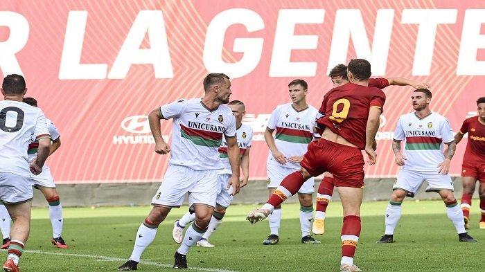 Pemain AS Roma berebut bola dalam latih tanding AS Roma vs Ternana