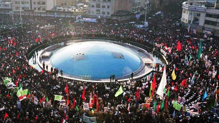 Foto : Pemakaman Letjen Soleimani, Jalan di Teheran Nyaris Lumpuh, Warga Beri Penghormatan Terakhir
