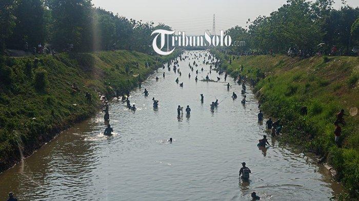 Potret Para Pemancing Padati Dam Colo Sukoharjo, Tak Takut Masuk Sungai Demi Tangkap Ikan