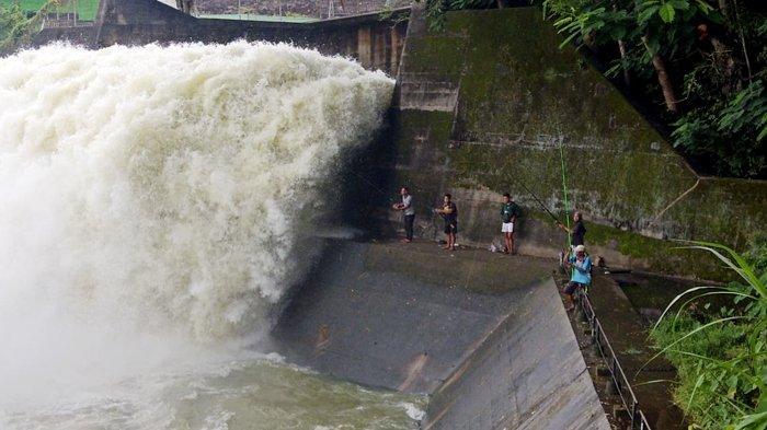 Dibukanya Pintu Air Waduk Gajah Mungkur Wonogiri, Surga Bagi Pemancing : Sekali Tarik Dapat 3 Ekor