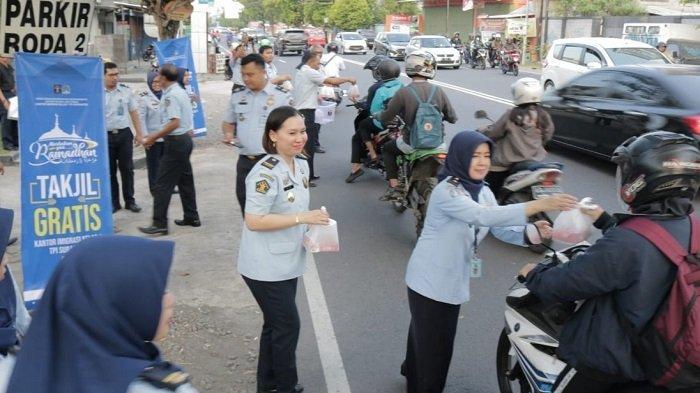Pegawai Imigrasi Surakarta Bagikan Takjil kepada Pengguna Jalan untuk Rekatkan Kebersamaan Ramadan