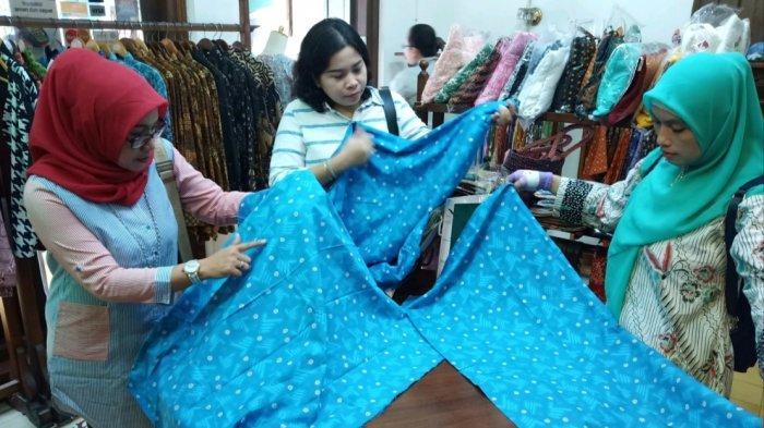 Emak-emak Serbu Kain Batik Bermotif Salam Dua Jari yang Diproduksi di Laweyan Solo
