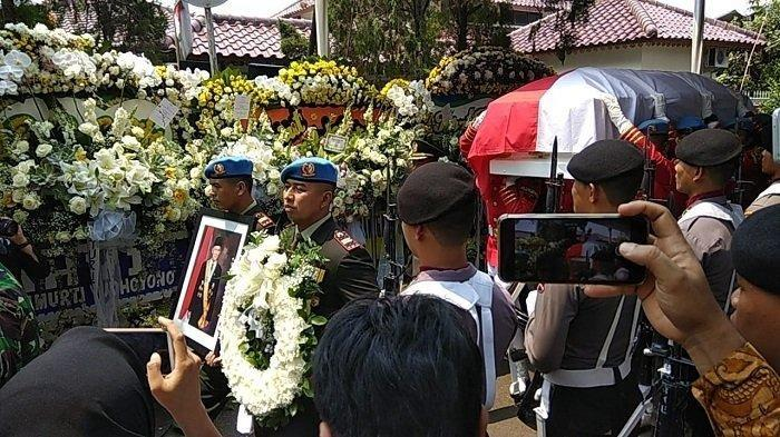Jenazah BJ Habibie Diberangkatkan dari Rumah Duka ke TMP Kalibata