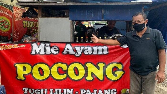 Pemilik warung Mie Ayam Pocong, Nardi berpose di Jalan Joko Tingkir, Kelurahan Pajang, Kecamatan Laweyan, Kota Solo, Sabtu (3/4/2021).