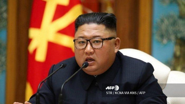 Pemimpin Korea Utara Kim Jong Un berbicara dalam pertemuan Biro Politik Komite Sentral Komite Sentral Partai Buruh Korea (WPK) di Pyongyang. Foto diambil pada Sabtu (11/4/2020) dan dirilis Kantor Berita Pusat Korea (KCNA).