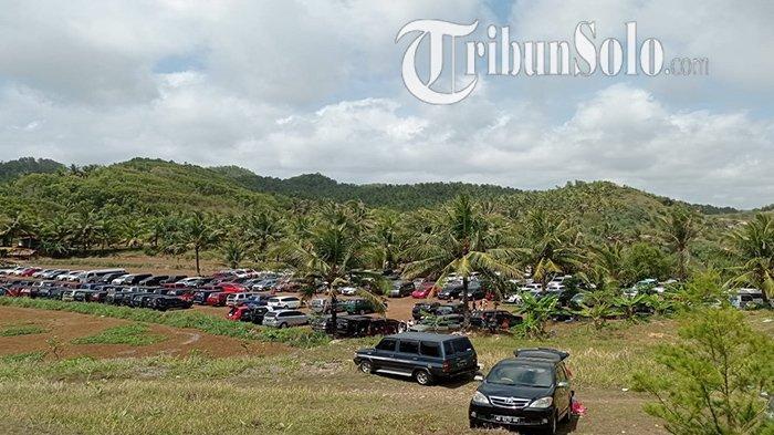 Penampakan parkiran mobil di Pantai Nampu di Dukuh Dringo, Desa/Kecamatan Paranggupito, Kabupaten Wonogiri, Minggu (10/10/2021).