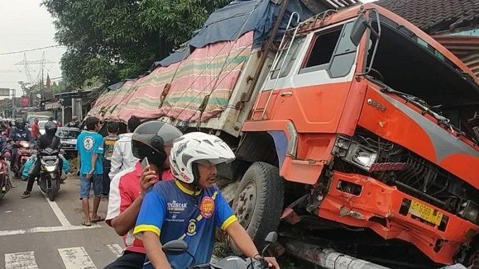 Nasib Joko di Delanggu Klaten : Berkali-kali Rumahnya Ditubruk Truk & Bus, Tapi Tak Ada Niat Pindah