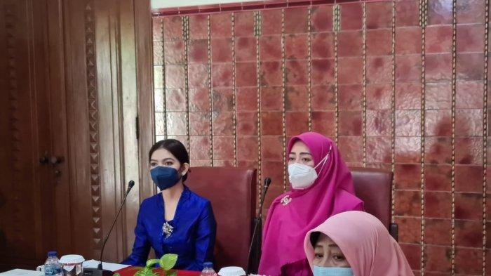Rapat Perdana sebagai Istri Wali Kota Solo, Penampilan Selvi Ananda Pakai Kebaya Biru Jadi Sorotan