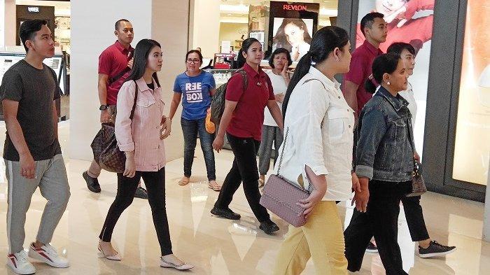 Penampilan Selvi Ananda saat sebelum menjadi Ketua PKK menemani keluarga Presiden Jokowi di The Park Mall Solo Baru pada 2019 lalu.