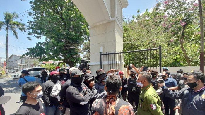 Tak Diizinkan Masuk ke Hotel Tosan Sukoharjo, Puluhan Massa Pendukung Joswi Adu Mulut dengan Petugas