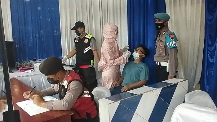 Pengendara menjani swab antigen di Jalan Raya Solo-Jogja, Pos Lantas Tangguh, Kecamatan Prambanan, Kabupaten Klaten, Jumat (30/4/2021).