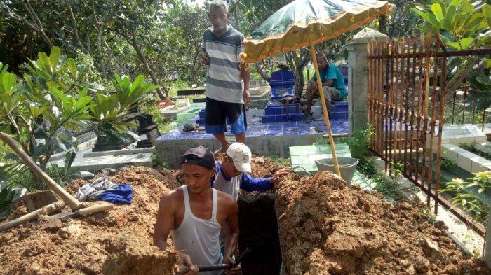 Kisah Penggali Makam Ibunda Pelawak Nunung : Tanahnya Mudah Digali, Satu Pusara dengan Bapaknya