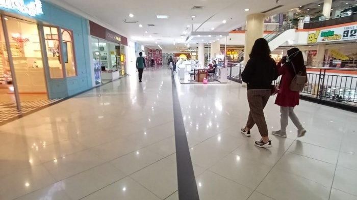 Pengunjung tengah berjalan menikmati suasana Solo Grand Mall. Suasana sepi begitu kentara, Minggu (7/2/2021).
