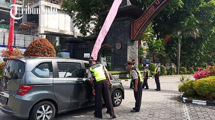 UNS Dijaga KetatJelang Kedatangan Jokowi, Mahasiswa Kecele: Mau Kumpulkan Skripsi Harus Balik Kanan