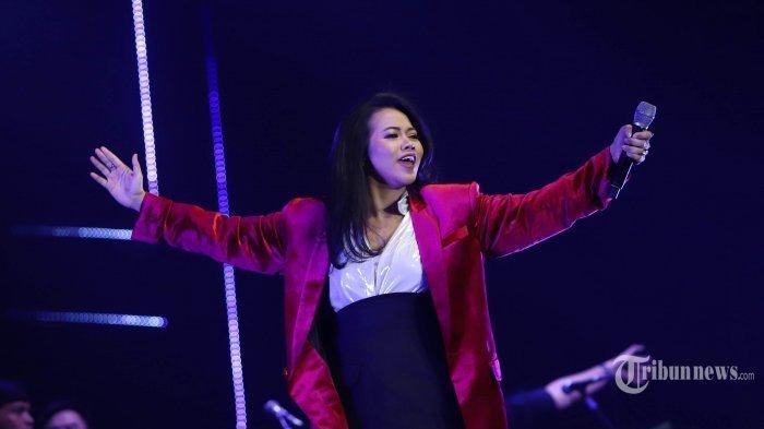 Cerita Yura Yunita Bikin Vocal Booth di Lemari Kamar yang Dilapisi Selimut saat Produksi Hoolala