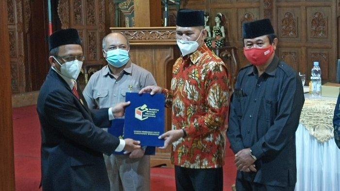 Penyerahan berita acara saat rapat pleno terbuka penetapan paslon terpilih Pilkada Wonogiri, Jumat (23/1/2021)