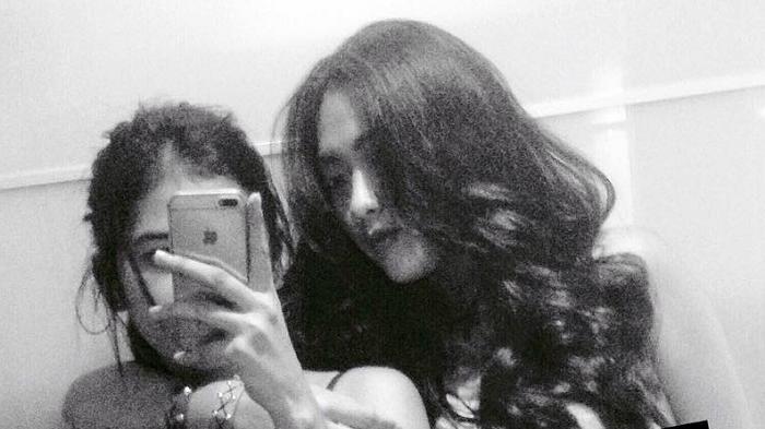Ikut Peringati No Bra Day, Dua Perempuan Indonesia Ini Unggah Foto Selfienya Tanpa Bra di Instagram