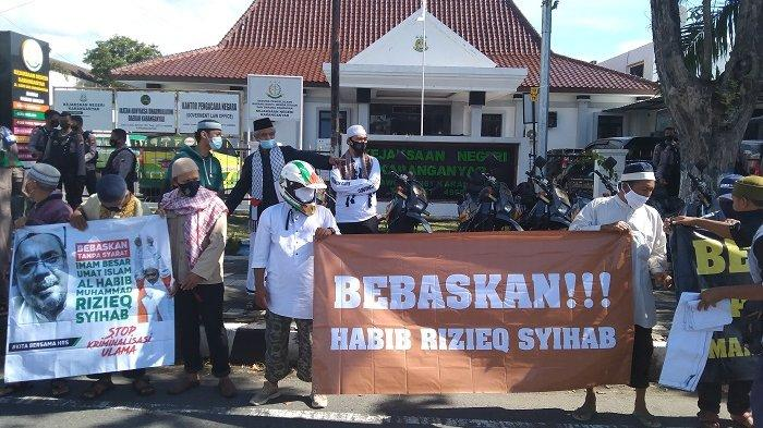 Protes Cara Menangani HRS, PA 212 Karanganyar Bentangkan Poster 'Bebaskan Habib Rizieq Shihab'