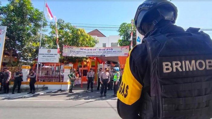 Tantang Gibran, Bajo Daftar Hari Ini, Personel Keamanan Bersenjata Lengkap Siaga di KPU Solo