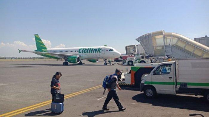 Viral, Video Pria Diduga Alami Gangguan Jiwa Dipaksa Keluar dari Pesawat, Tubuhnya sempat Terlempar