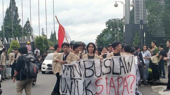 Demostran #GejayanMemanggil Padati Buderan UGM, Ada yang Bawa Poster 'Omnibus Law untuk Siapa?'