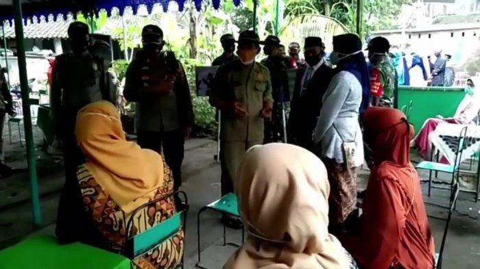 Petugas saat membubarkan acara pesta hajatan di Dukuh Karang Tengah, Kelurahan Ngadirejo Kecamatan Kartasura, Sukoharjo, Sabtu (6/2/2021).
