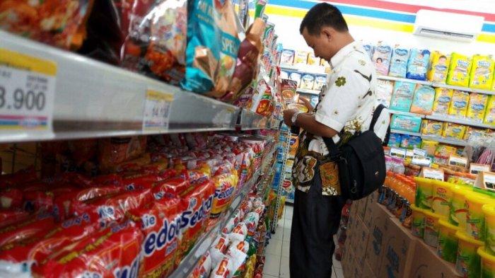 Sidak ke Pasar, Petugas DKK Karanganyar Temukan Makanan Kedaluwarsa dan Berformalin