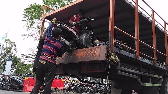 BERITA FOTO - Ratusan Sepeda Motor Pemudik Diangkut Truk dari Jakarta ke Terminal Tirtonadi Solo