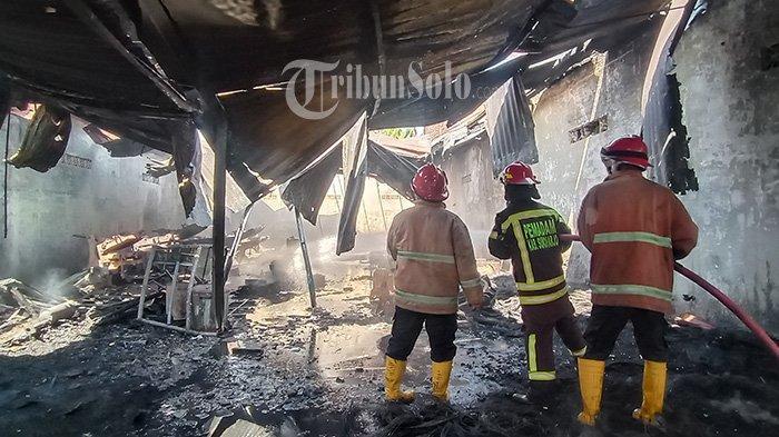 Kebakaran Hebat di Plumbon Sukoharjo, Api Melalap Gudang Ban, 1 Mobil Kijang Hangus Terbakar