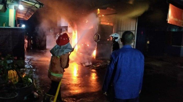 Kios Ban & Elektronik Terbakar di Gemolong Sragen, Terdengar Suara Ledakan-ledakan saat Api Membesar