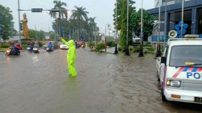 Banjir Rendam Jalan Ir Soekarno Solo Baru Sukoharjo, Banyak Kendaraan Mogok karena Memaksa Melintas