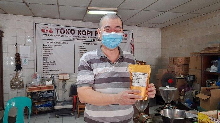 Pewaris generasi ketiga Toko Kopi Podjok Solo, Wendy Mintarja.